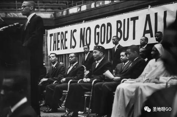 在富人区敲门收房子让屋主搬走,这群人坚信黑人创造了天地,美国属于他们……
